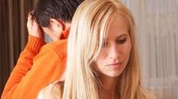 расстроенные женщина и мужчина