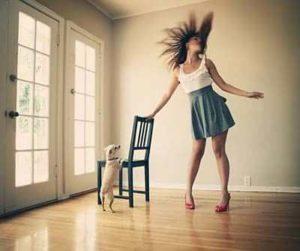 Веселый танец дома с собакой.