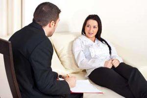 Девушка на приеме у психотерапевта.