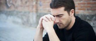 парень плачет