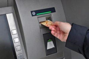 Получить деньги в банкомате
