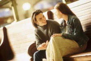 Парень рассказывает девушке интересную историю