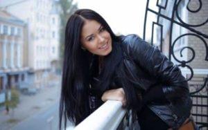 Красивая девушка с черными волосами