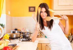 Женщина - хозяйка на кухне