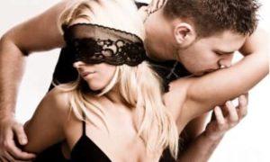 Мужчина и девушка в маске