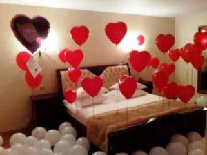 Спальня, украшенная красными шарами