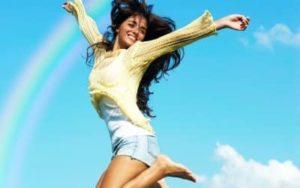 Девушка прыгает от счастья