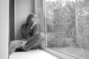 Одна скучает и смотрит в окно