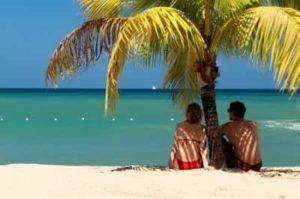 Двое влюбленных сидят на берегу моря