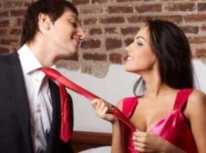 Она держит его за галстук