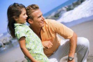 девочка с отцом на море