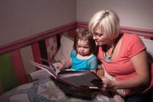 мама читает сказку дочке на ночь