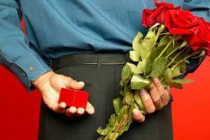 кольцо и букет красных роз