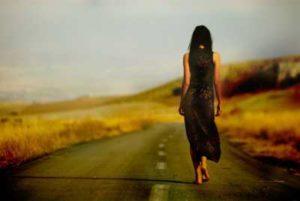 в одиночестве идет по дороге