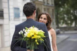 подарил девушке цветы