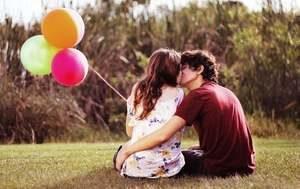 молодые люди целуются