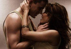мужчина и женщина страстно обнимаются