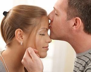 мужчина целует девушку в лоб