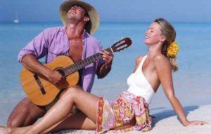 парень играет на гитаре для девушки