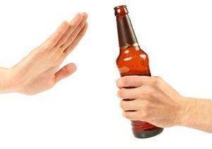 две руки и бутылка пива
