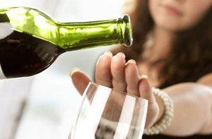 женщина отказывается от употребления вина