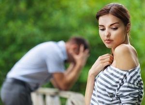 молодой человек расстроен из-за разрыва отношений с девушкой