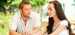 молодой человек смотрит на девушку влюбленными глазами