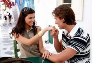 мужчина целует руку симпатичной девушки