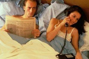 мужчина смотрит на жену, которая разговаривает по телефону