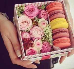 цветы и печенье в руках девушки