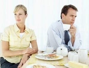мужчина и женщина за одним столом