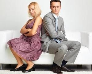 женщина и мужчина сидят на диване