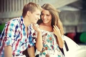 девушка улыбается своему собеседнику