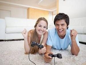 парень и девушка играют в приставку