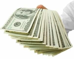 доллары в руке мужчины