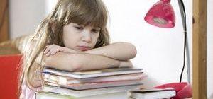 девочка не хочет учить уроки