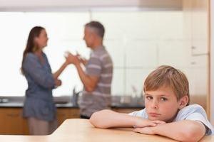 мальчик расстроен из-за ссор родителей