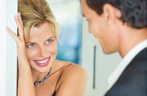 женщина улыбается молодому человеку