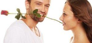 мужчина дарит розу любимой