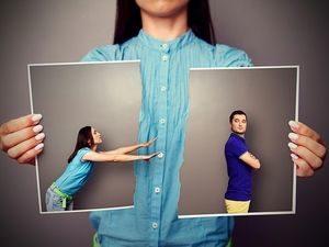девушка тянется к мужчине, чем его отталкивает от себя
