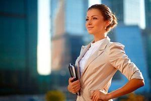 деловая леди уверенно идет к реализации поставленных целей