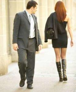 мужчина смотрит в след девушки