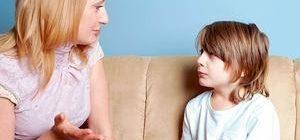 мать разговаривает с сыном