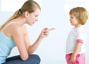 молодая мама общается с дочерью