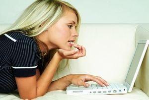 девушка общается в Интернете