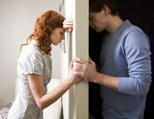 парень и девушка держатся за руки