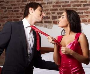 девушка тянет галстук