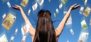 на девушку летят евро