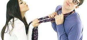 женщина пытается поцеловать своего избранника