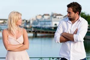 девушка смотрит на мужчину